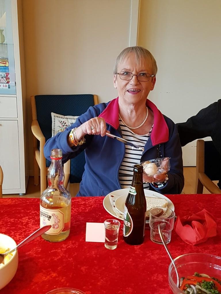 Det mødrende ophav til Farsunivers i en festlig julefrokoststund på Solbakken - hvor menuen stod på veltillavet og velsmagende julefrokost fra det kommunale køkken - hvor vi kunne købe både en øl og snaps til.