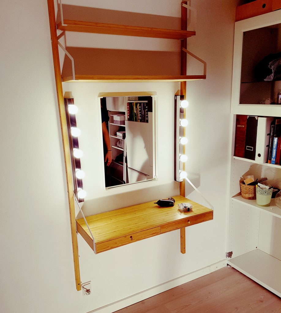 Hollywood makeup spejl, som jo er meget mere nødvendigt end et skrivebord på en teenage piges værelse