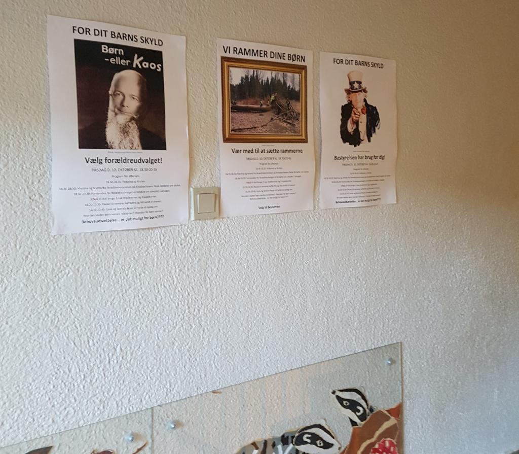 Væggen i børnehaven med hele tre valgplakater.