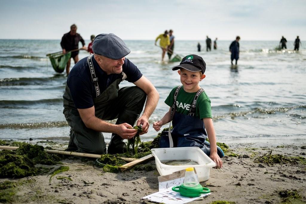 Et par garvede fiskere på¨kystfiskeri . Foto: Martin Håkan / CoverGanda.dk
