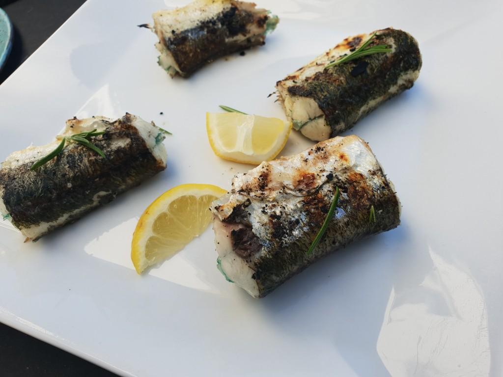 Far synes selv det var en flot fisk han kunne servere, selvom det selvfølgelig var en streg i regningen, at han var den eneste der rigtig kunne lide den, da resten af familien synes der var for mange ben, til gengæld var der rigelig mad....til Far